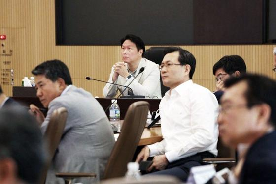 19일 열린 SK 확대경영회의에서 최태원 회장이 계열사 사장들의 발표를 듣고 있다. [사진 SK]