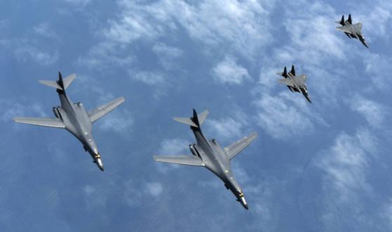 20일 한반도 상공에서 한국 공군의 전투기 F-15K 편대가 미 공군의 전략폭격기인 B-1B 편대를 엄호하며 비행하고 있다. [사진 공군]