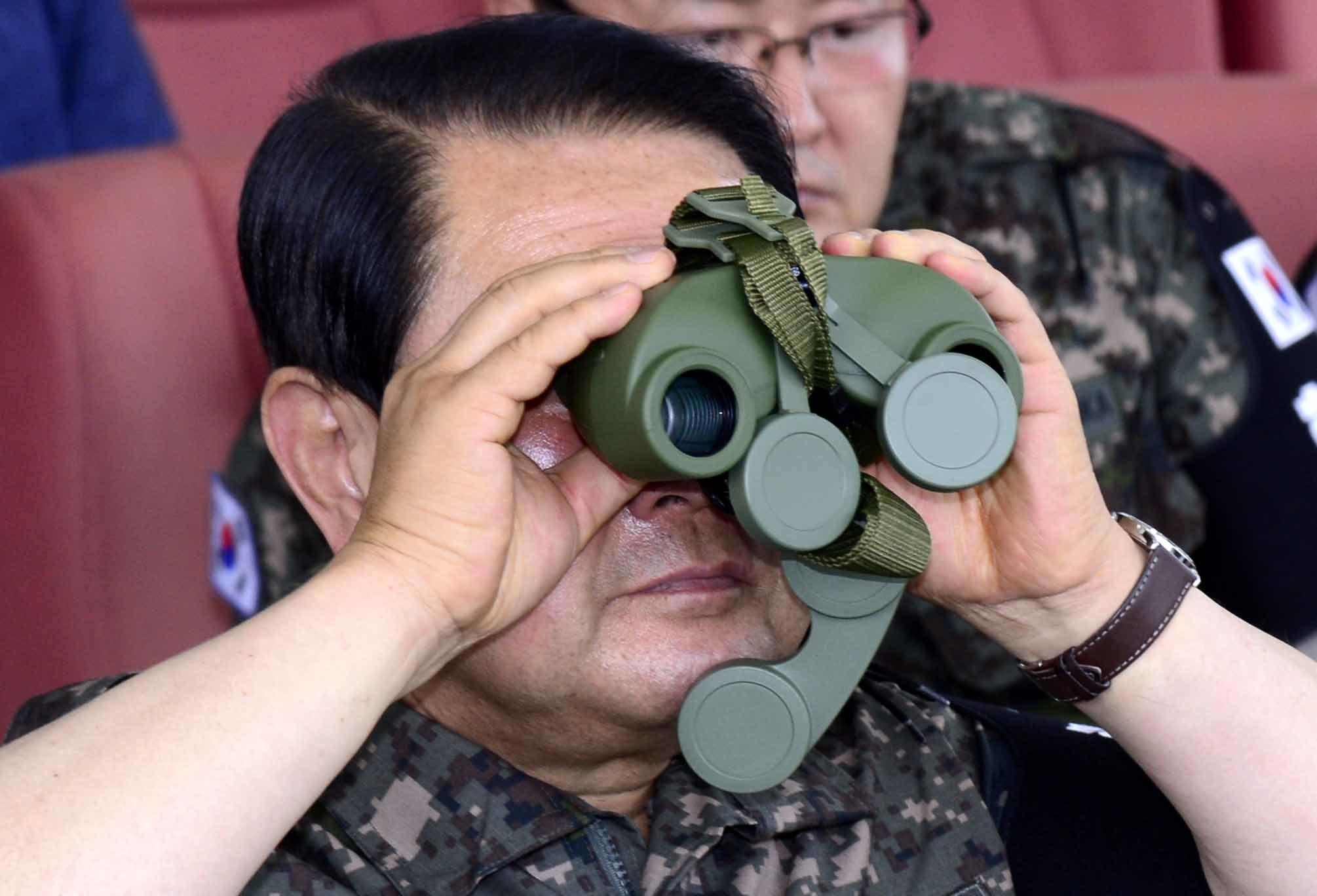 박주선 국민의당 비상대책위원장이 20일 오전 강원도 철원 평화전망대를 방문한 가운데 쌍안경으로 전방을 살피고 있다. 쌍안경 한쪽 마개가 막혀있다. [국회사진기자단]
