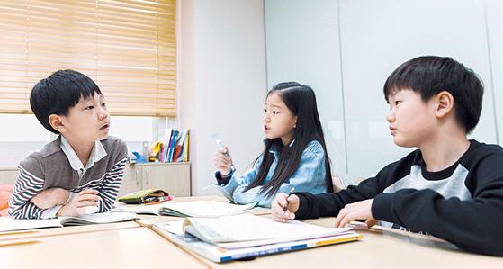최근 국내 교육시장에서는 모바일 디바이스를 통한 스마트교육이 꾸준히 성장하고 있다. 사진은 와이즈만 영재교육 센터의 수업 장면. [사진 창의와탐구]
