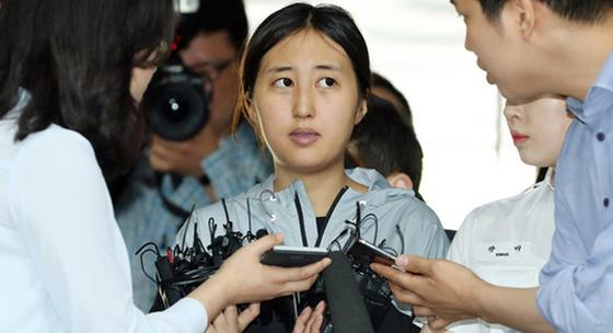 최순실씨의 딸 정유라씨가 20일 두 번째 영장실질심사를 받기 위해 서초구 서울중앙지방법원으로 들어서고 있다. 김성룡 기자