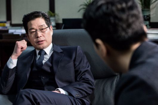 tvN '비밀의 숲'에서 차장검사 역의 유재명.