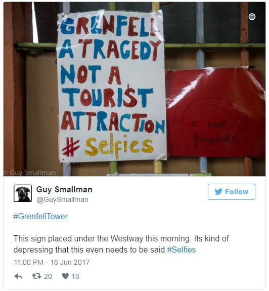 """인증샷을 찍기 위한 셀피(selfie) 족(族)의 발걸음이 잇따르자 참사가 벌어진 런던 그렌펠타워 인근엔 """"그렌펠타워는 참사 현장이지 관광 명소가 아닙니다""""라는 내용의 플래카드가 걸렸다. [사진 트위터]"""