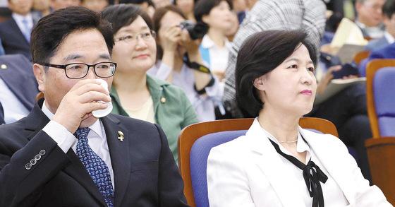 추미애 더불어민주당 대표(오른쪽)와 우원식 원내대표. 오종택 기자