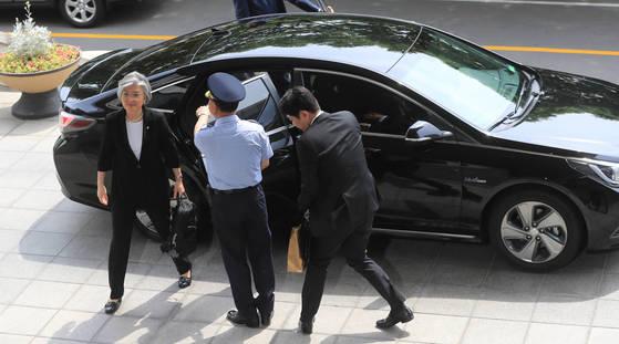 강경화 외교부 장관이 쏘나타 하이브리드에서 내려 외교부 청사로 출근하고 있다. [연합뉴스]