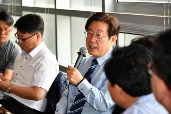 이재명 성남시장이 20일 열린 출입기자 간담회에서 기자들의 질문에 답변하고 있다. [사진 성남시]