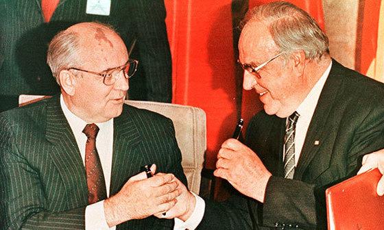 1990년 독일 본에서 고르바초프 소련 대통령(왼쪽)과 만년필을 교환하는 콜 총리. [로이터=연합뉴스]