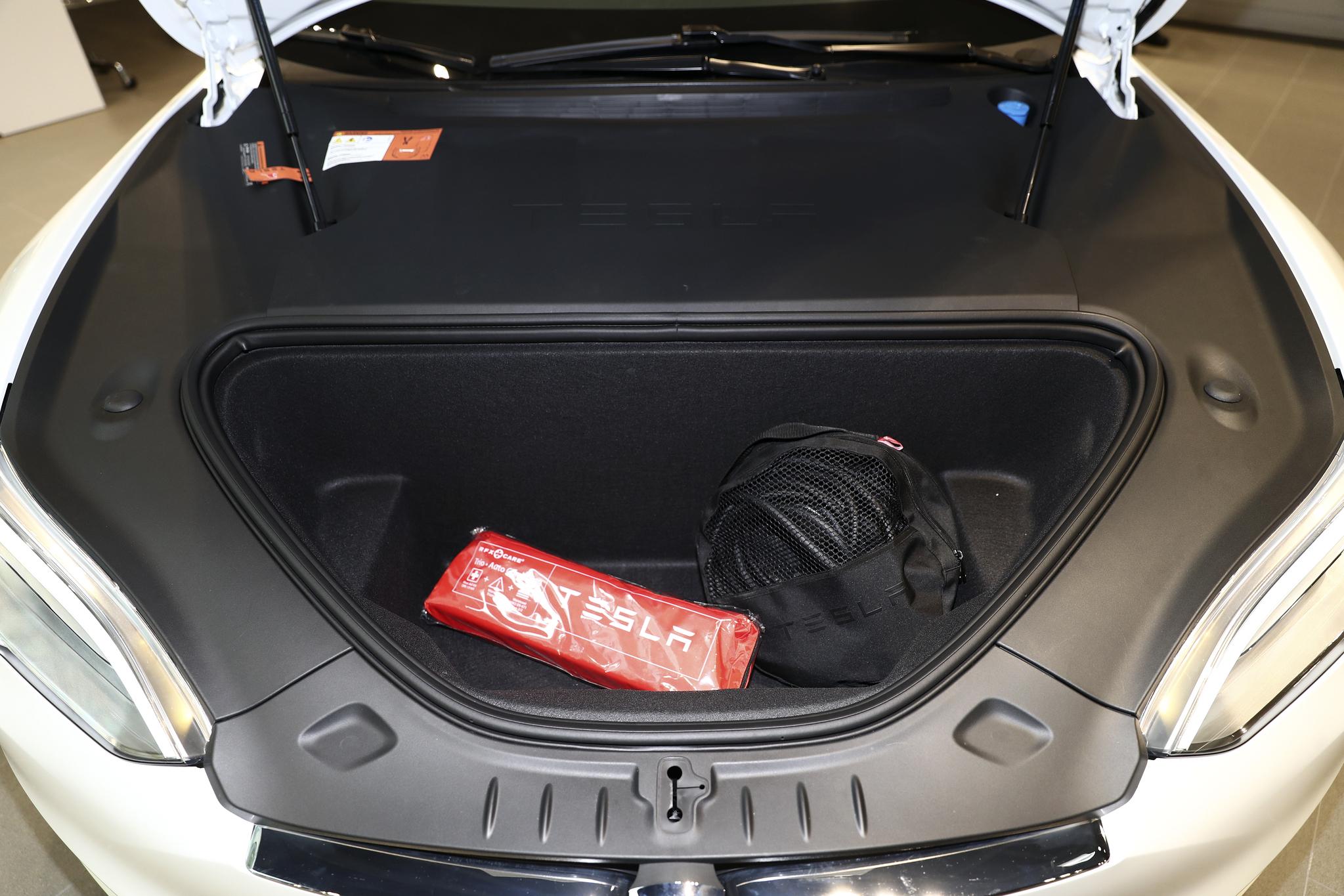 테슬라 모델 S 90D의 앞 트렁크(?). 후드를 열면 엔진 대신 짐을 넣을 수 있는 공간이 나온다./20170328/김현동 기자