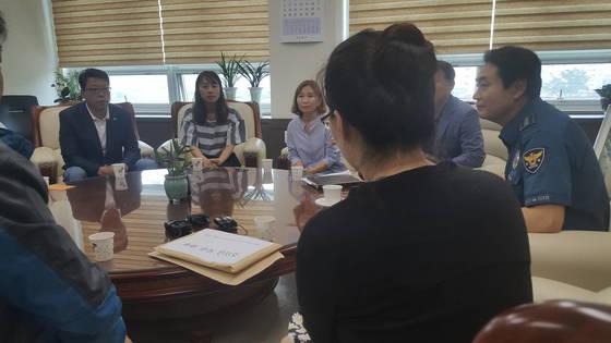 20일 양산경찰서 서장실에서 열린 성금 전달식. 뒷모습이 피해자 김씨 부인이다. 위성욱 기자