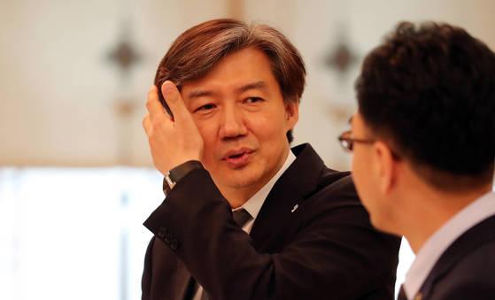 조국 민정수석이 18일 오후 청와대에서 하승창 사회혁신수석비서관과 이야기를 나누고 있다.2017.6.18.청와대사진기자단.