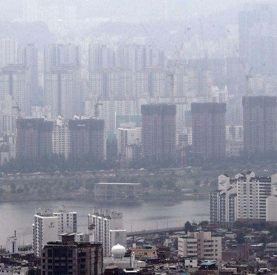 부동산대책이 발표된 19일 서울 서초구 일대 재건축 단지. 정부는 재건축 조합원이 분양받을 수 있는주택 수를 1채로 제한하기로 했다. [연합뉴스]