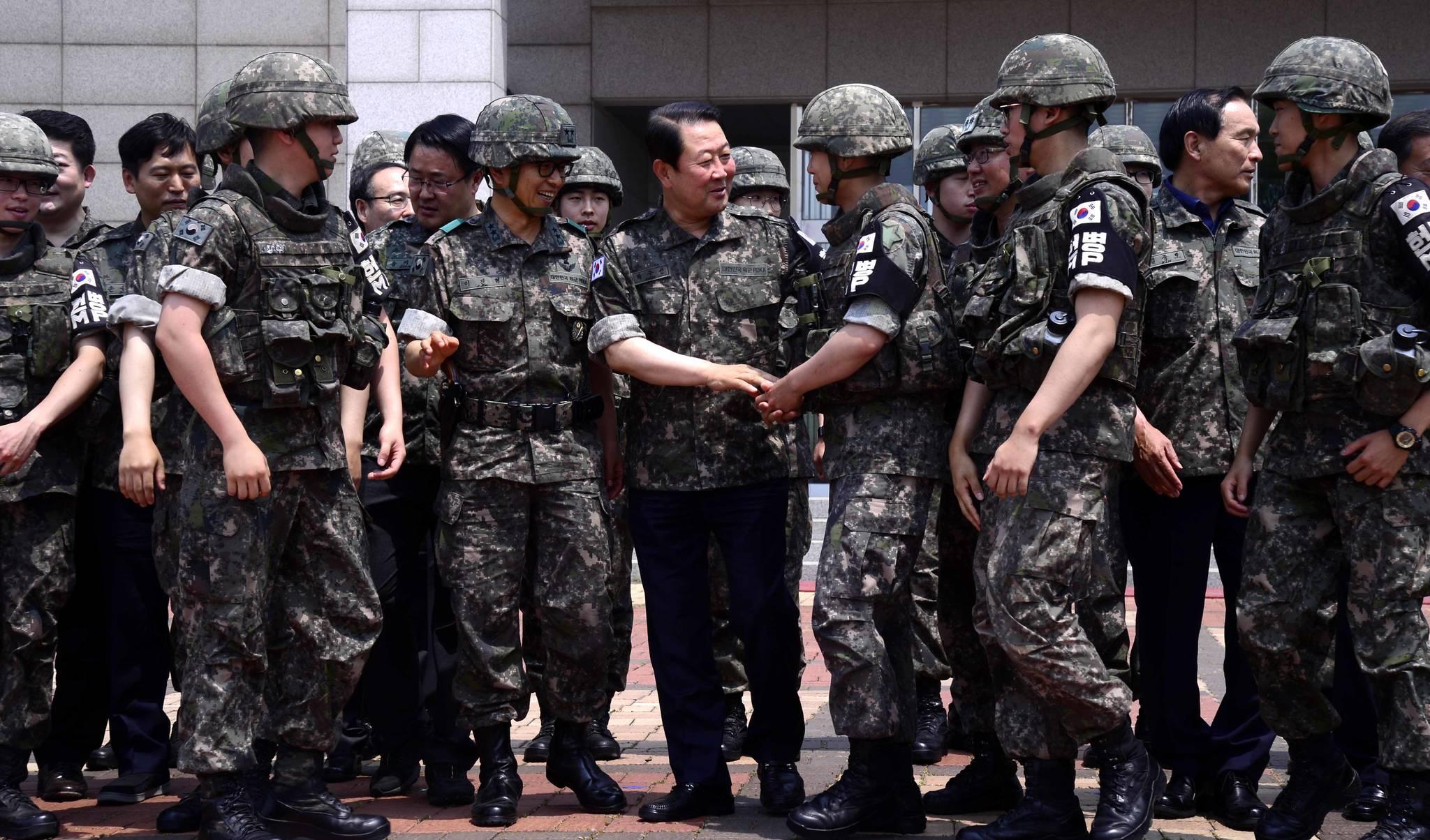 박주선 국민의당 비상대책위원장을 비롯한 지도부가 20일 오전 강원도 철원 평화전망대를 방문, 군장병들을 격려하고 있다. [국회사진기자단]