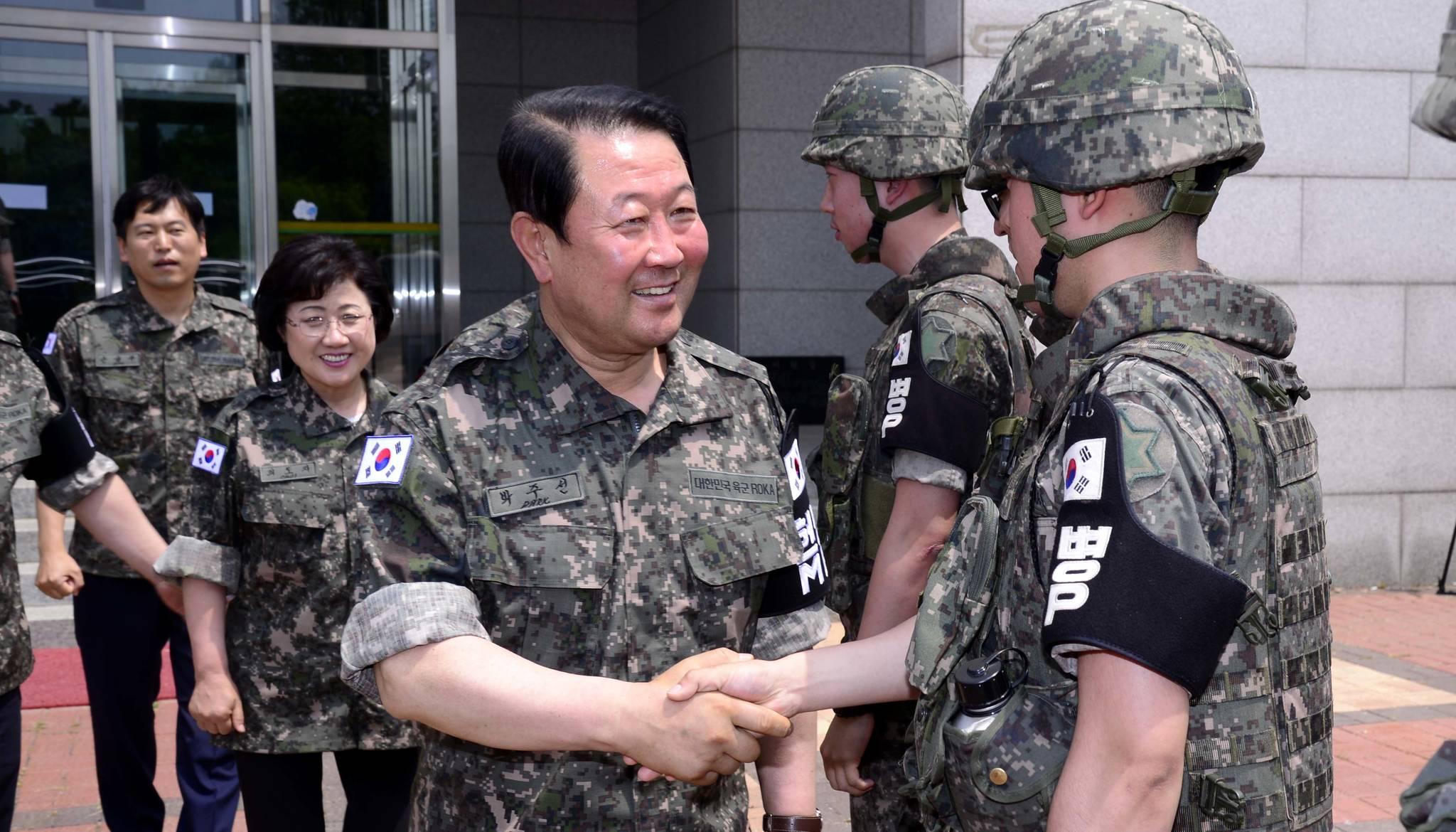 박주선 국민의당 비상대책위원장을 비롯한 지도부가 20일 오전 강원도 철원 평화전망대에서 군장병들을 격려하고 있다.[국회사진기자단]