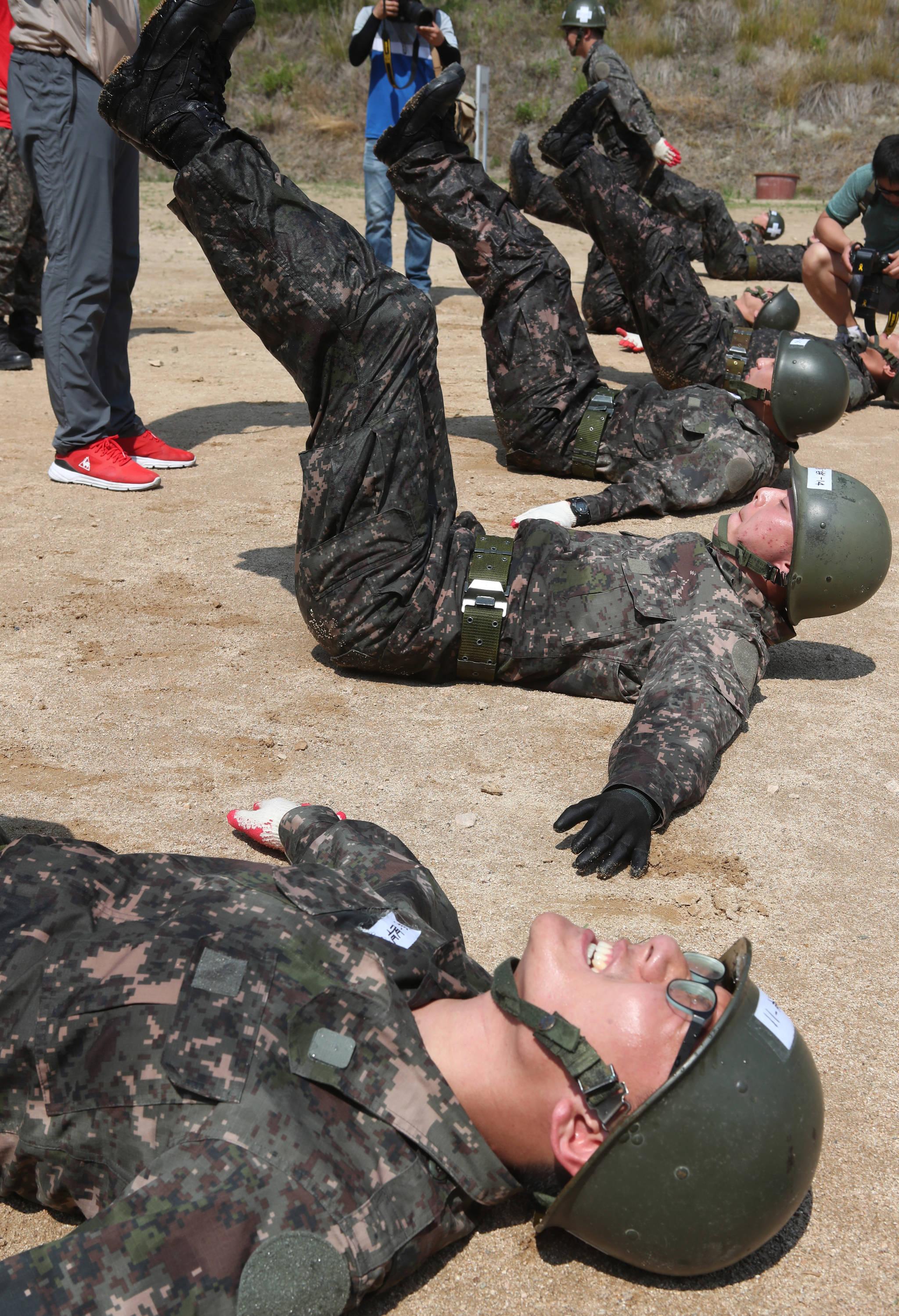 경남 함안군 군북면 39사단 장병들이21일 오전 무더위와 싸우며 유격훈련을 하고 있다.송봉근 기자