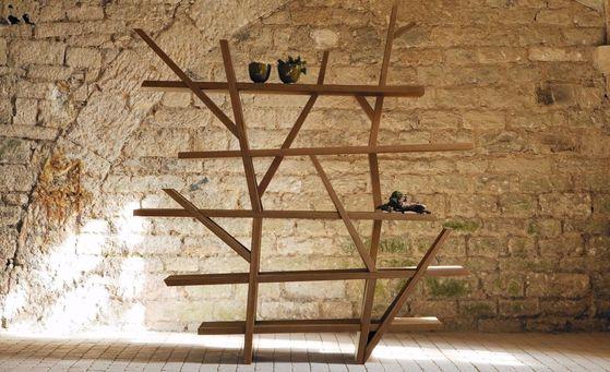 '레전드' 북케이스. 디자이너 크루스토퍼 델쿠르의 작품으로, 벌목에서부터 수송, 제작까지 모두 친환경적으로 가구를 만들었다.