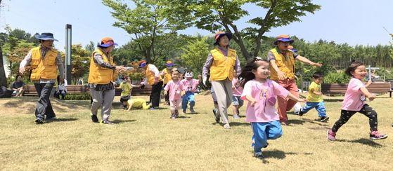 지난 14일 효령노인복지타운을 찾은 아이들이 체험활동 진행자인 어르신들과 '여우야 여우야 뭐하니'라는 전래놀이를 하고 있다. [사진 효령노인복지타운]