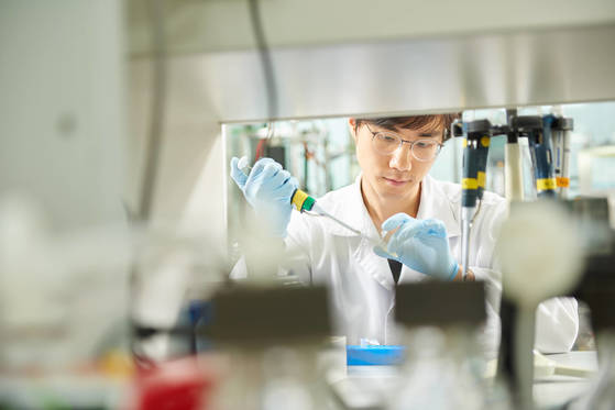 한미약품 소속 연구개발(R&D) 담당 직원이 바이오신약 연구에 열중하고 있다. [사진 한미약품]
