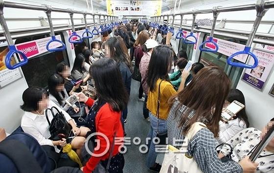 도시철도를 운영중인 전국 자치단체 6곳이 법정 무임승차에 따른 손실을 보전해달라고 정부에 요구하고 나섰다. 사진은 지난해 9월 부산도시철도의 여성 배려칸 모습. 송봉근 기자