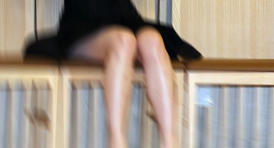 제자 20~40여명을 성희롱했다고 추정되는 전북 부안의 한 여고 체육교사. 그는 여고생의 치마를 들어올려 허벅지에 '사랑해'라고 쓰는 등 신체 부위에 손을 대는 행위를 했다는 혐의를 받고 있다. [중앙포토]