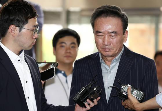 20대 여직원을 강제로 추행한 혐의를 받는 '호식이 두 마리 치킨'의 최호식 전 회장이 경찰 조사를 받기위해 21일 오전 서울 강남경찰서에 출석하며 기자들 질문에 답하고 있다. 임현동 기자