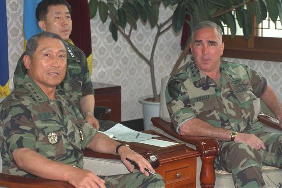 지난 1999년 6월15일 김진호 당시합참의장(왼쪽)과 존H 틸러리 연합사령관은 국방부내 합참회의실에서 한미군사위원회를 열었다.한미 양국이 연평해전 해결을 위한군사공조체제를 논의하는 자리였다. [사진 중앙포토]