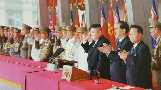 김정은 북한 노동당 위원장(오른쪽에서 네번째)가 지난 4월 15일 김일성 생일 105주년 맞아 김일성광장에서 열린 열병식에 참석했다. [중앙포토]