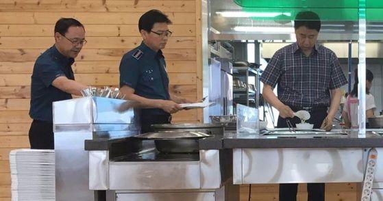 김재원 충남경찰청장(오른쪽)이 20일 경찰청 구내식당에서 식판에 음식을 담고 있다. [사진 충남경찰청]