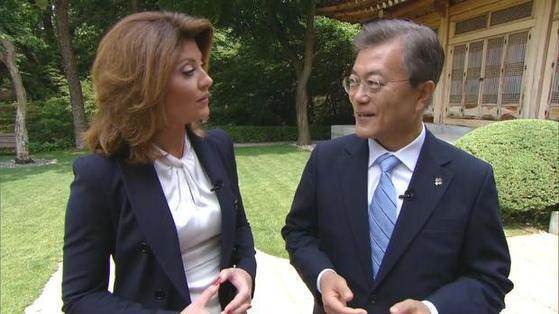 문재인 대통령이 미 방송사 CBS의 간판 앵커인 노라 오도널(왼쪽)과 인터뷰를 하고 있다. [사진 CBS]