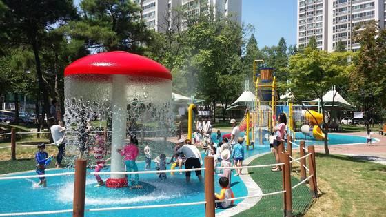 지난해 7월 대구시 수성근린공원에 설치된 물놀이장의 모습. 가족 단위 시민들이 물놀이에 빠져 있다. 수성근린공원 물놀이장은 이달 말 개장한다. [사진 대구시]