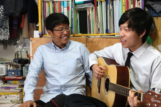 의료비 지원사업 '생명의 손길'의 도움으로 간 이식을 받은 김영준씨(왼쪽)와 자신의 간을 아버지에 내준 아들의 모습. 생체 간 이식은 가족이 나서는 경우가 많다. [중앙포토]