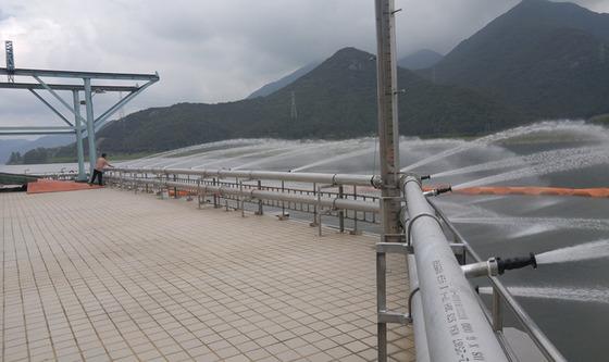 녹조 유입을 막기 위해 김해 매리취수장에 살수장치가 가동되고 있다. [사진 부산상수도사업본부]