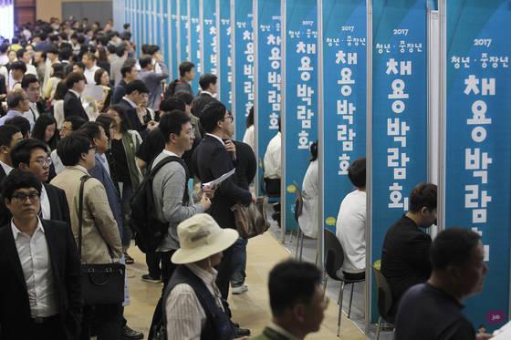 지난달 17일 대구 엑스코에서 열린 '2017년 청년ㆍ중장년 채용박람회'. 일자리를 찾는 열기가 뜨겁다. 프리랜서 공정식