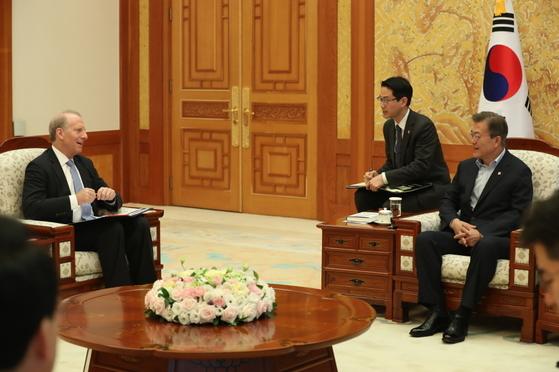 문재인 대통령이 21일 오전 청와대 본관 접견실에서 리차드 하스 미국외교협회(Council on Foreign Relations, CFR) 회장과 환담을 나누고 있다.