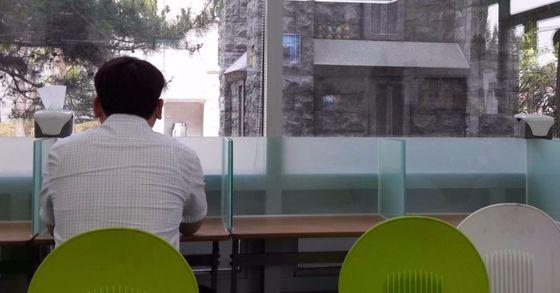 30대 직장인이 편의점에 마련된 1인 좌석에서 점심 식사를 하고 있다. [중앙포토]