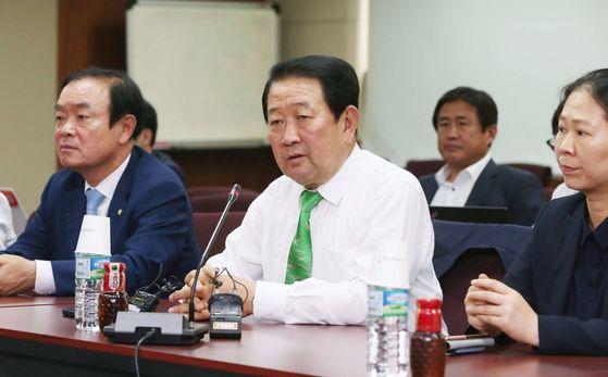 박주선 국민의당 비상대책위원장이 21일 오후 광주 광산구 소촌동 금호타이어 본사를 방문해 발언하고 있다. [중앙포토]