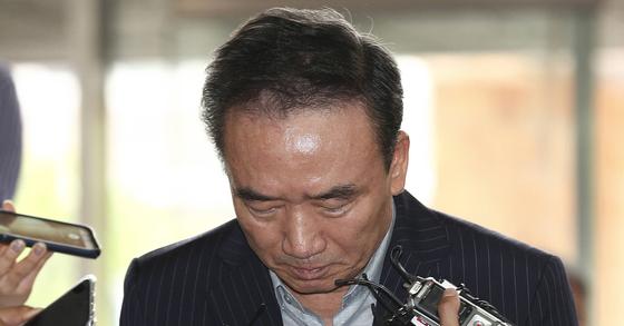 여성 직원을 강제로 추행한 혐의를 받는 '호식이 두 마리 치킨'의 최호식 전 회장이 경찰 조사를 받기위해 21일 오전 서울 강남경찰서에 출석하고 있다. 임현동 기자