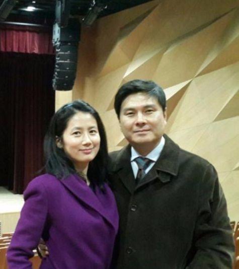 지난해 20대 총선에 출마한 지상욱 당시 새누리당 의원과 부인 심은하씨. [중앙포토]