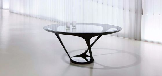 오라 이토의 테이블. 디자인에 맞게 구현하는 데 2년이 걸렸다.