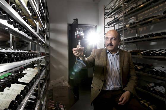 마스터 와인(MW)와 마스터 소믈리에(MS), 와인 MBA 까지 보유한 와인 전문가 제라르 바셋. 최근 방한한 그를 서울 논현동 WSA와인 아카데미에서 만났다. 우상조 기자