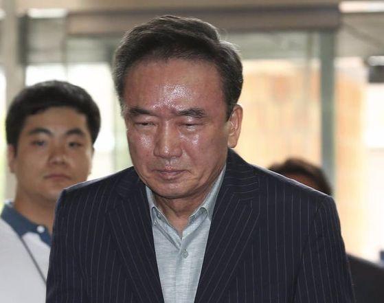 최호식 전 호식이두마리치킨 회장이 21일 서울 강남경찰서에 출석하고 있다. [임현동 기자]