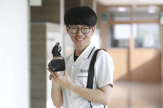 또래 친구들과 함께 어르신 장수 사진을 촬영하는 김남규 학생. [구미=프리랜서 공정식]