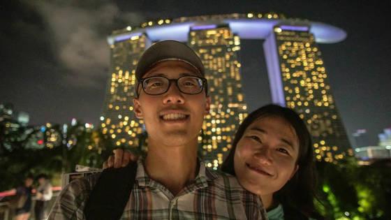 싱가포르의 새 랜드마크인 마리나 베이 샌즈 리조트 앞에서.