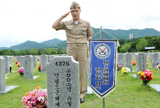 2015년 이희완 당시 소령이 대전현충원 제2연평해전 전사자 묘소에서 정장으로 전사한 고 윤영하 소령의 묘비를 찾아 경례하고 있다.  프리랜서 김성태