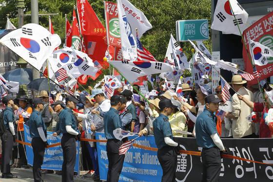 22일 경북 성주군청 앞에서 고고도미사일방어(THAAD·사드) 체계 배치를 찬성하는 보수단체 회원 400여 명이 집회를 열어 태극기와 성조기를 흔들며 사드 배치 찬성을 주장하고 있다. 프리랜서 공정식