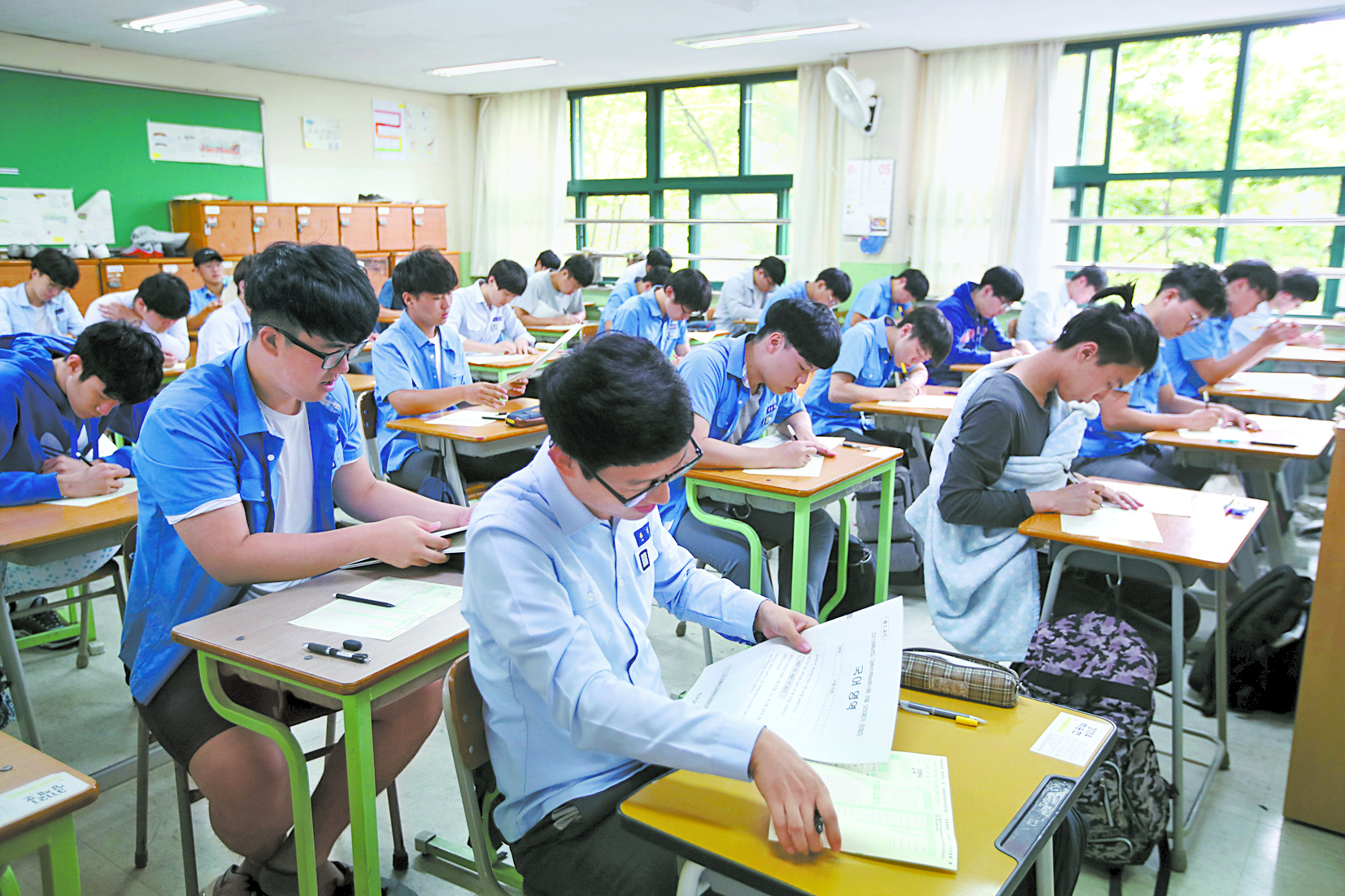 서울 경복고 학생들이 지난 1일 2018학년도 6월 수능 모의평가를 치르고 있다 [중앙포토]