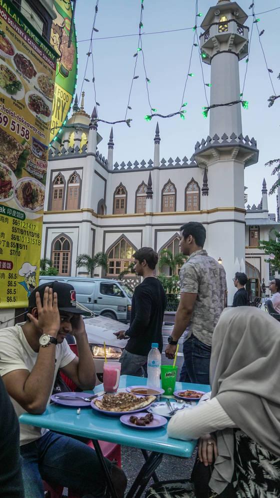 라마단 기간이라 식사를 주문해 놓고도 해가 질 때까지 먹지 않고 기다리는 이슬람 교도 식당 손님들.