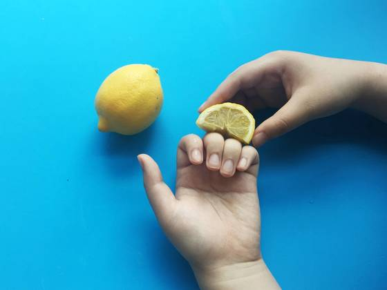 손가락 마디의 굳은 살이나 검게 변한 부위에는 레몬을 비벼 마사지한다. 레몬의 비타민C가 각질을 제거하고 피부 색을 밝게 만들어 준다.