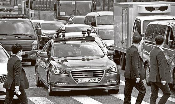자율주행차 '스누버(SNUver)'가 22일 서울 국회대로에서 신호대기로 정차해 있다. 자율주행차가 국내 일반 도로를 주행한 것은 이번이 처음이다. [김경록 기자]