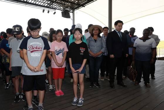 행사 참가자들이 북한에 억류돼 석방된 뒤 최근 사망한 미국 대학생 웜비어의 죽음을 애도하는 묵념을 하고 있다.김상선 기자