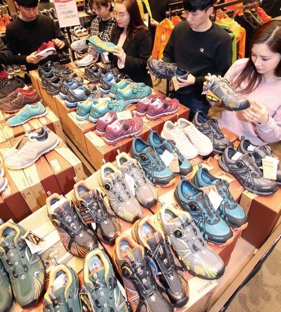 지난 3월30일 부산 롯데백화점 광복점에서 열린 '부산 대표 브랜드와 함께하는 상생 페스티벌' 행사장을 찾은 고객들이 지역 업체가 생산한 신발 제품을 고르고 있다. / 사진 : 롯데백화점